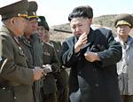 Em imagem do dia 23 março, Kim Jong-un é visto durante visita a batalhão do Exército, em local não divulgado
