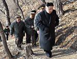 Foto de 25 de março mostra dirigente de Coreia do Norte caminhando em direção a um posto de observação do Exército