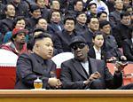 Foto de 28 de fevereiro de 2013 mostra o ditador Kim Jong-un e o ex-jogador da NBA Dennis Rodman durante uma partida de basquete em Pyongyang