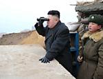 Ditador observa Coreia do Sul desde posto de observação na fronteira, em 7 de março