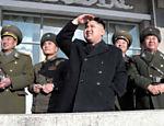 Em foto sem data, Kim Jong-un, acompanhado por militares, visita base aérea na Coreia do Norte