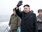 No dia 7 e março, o líder Kim Jong-un visitou base na fronteira com a Coreia do Sul. Na imagem, ele acena para militares