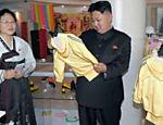 Líder norte-coreano durante visita a loja de departamento em Pyongyang. Imagem, sem data, foi divulgada no dia 3 de julho pela imprensa oficial