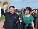 Imagem divulgada em 26 de julho mostra Kim Jong-un acompanhado de sua mulher, Ri Sol-ju, durante visita a complexo de lazer em Pyongyang