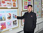 Em imagem sem data, líder norte-coreano observa exposição de arte no Centro de Arte Industrial em Pyongyang, durante comemorações pelo nascimento de seu avô, Kim Il Sung