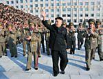 Foto sem data mostra Kim Jong-un durante visita ao Ministério de Segurança do Estado e saudando funcionários durante comemorações do aniversário de fundação da instituição