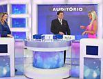 Silvio Santos recebe a jornalista Anelise de Oliveira e a modelo Aryane Steikopf