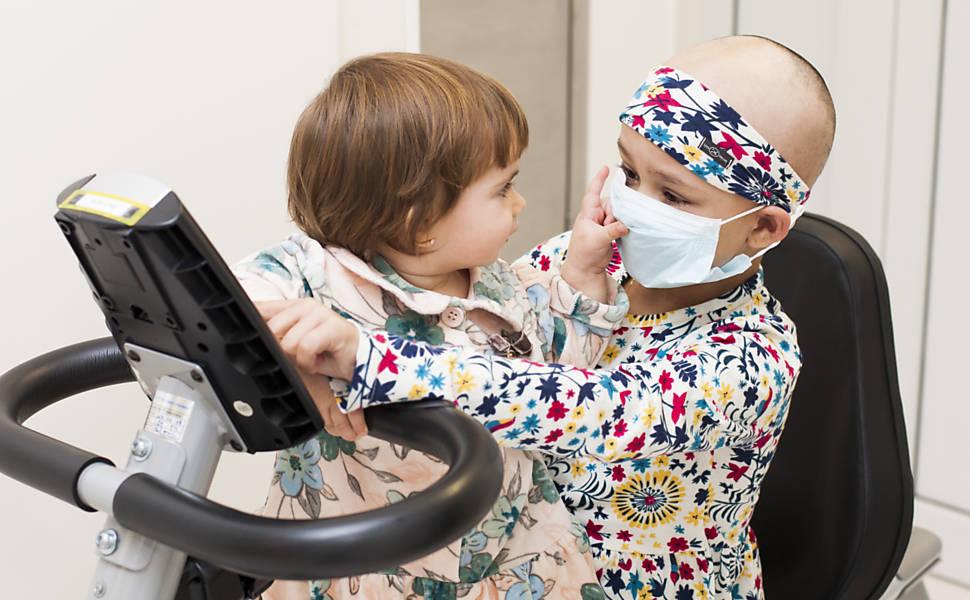 Bebê gerada após seleção genética doa medula à irmã