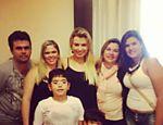 Fernanda cercada pelos parentes em Belo Horizonte