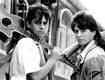 Chitãozinho e Xororó posam para foto em 1990
