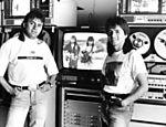Dupla Chitãozinho e Xororó posa para foto durante entrevista para <b>Folha </b> em 1990
