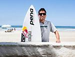 O surfista brasileiro Adriano de Souza, o Mineirinho, posa para fotos na praia das Astúrias, no Guarujá, litoral paulista