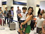 Ivete Sangalo no aeroporto Santos Dumont, no Rio, com seu filho Marcelo