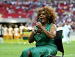 A viúva do jogador Mané Garrincha, Elza Soares, canta o hino nacional no jogo inaugural do estádio nacional de Brasília, em 2013 (Foto: Pedro Ladeira/Folhapress)