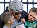 Tom Brady brinca com os filhos em Boston, nos EUA
