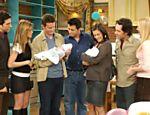 David Schwimmer, Jennifer Aniston, Matthew Perry, Matt LeBlanc, Courteney Cox, Paul Rudd e Lisa Kudrow em cena do último episódio de