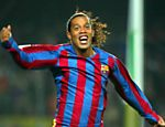 Em 2005, quando jogava pelo Barcelona, Ronaldinho Gaúcho aparece comemorando gol