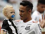 Com o filho Davi Lucca, Neymar acena para a torcida em final do Campeonato Paulista