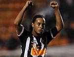 Ronaldinho Gaúcho comemora a vitória do Atlético em cima do Palmeiras ao final da partida
