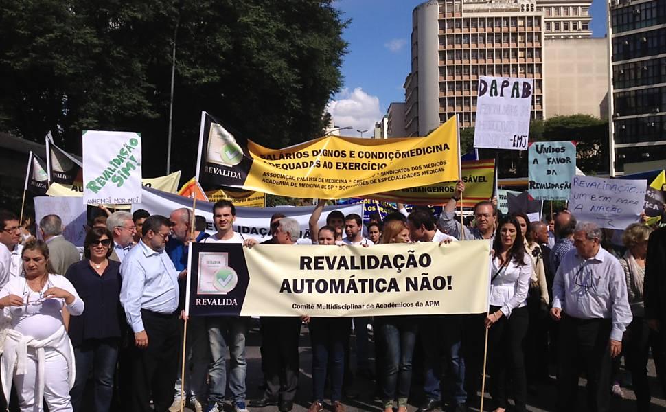 Protesto em SP contra a 'importação' de médicos