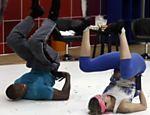 Luana Piovani faz o quadradinho de oito com seu professor em treino para