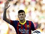 Neymar acena para fãs durante a sua apresentação no Barcelona, no Camp Nou