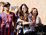 Bruna Marquezine, namorada de Neymar, acompanha o atacante em sua apresentação oficial no estádio do Barcelona, na Espanha