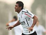 O jogador Paulinho do Corinthians durante treino no CT Parque Ecológico, zona leste de São Paulo