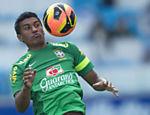 Paulinho participa de treino com a seleção em Porto Alegre