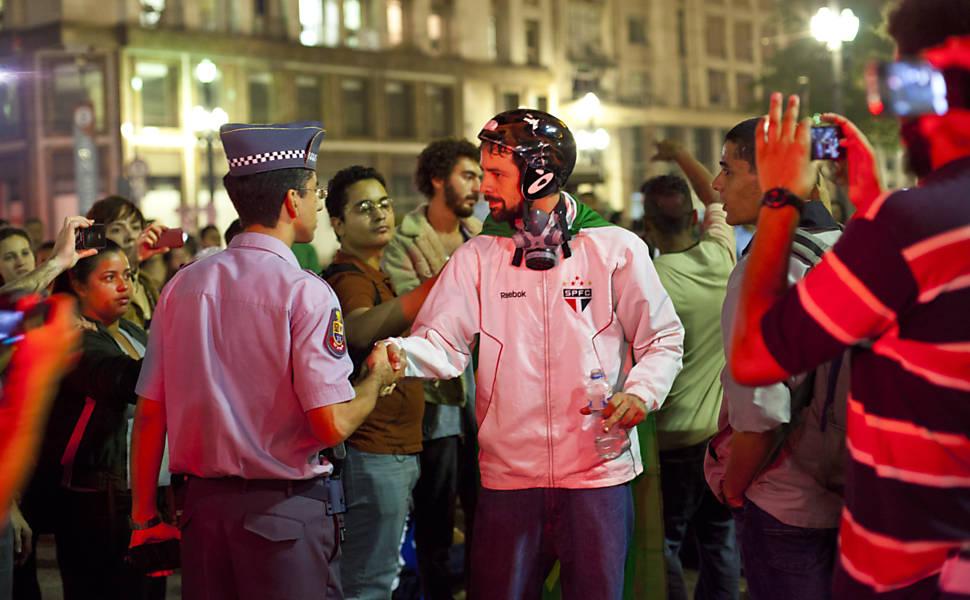 Manifestantes celebram a redução da tarifa
