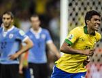 O volante Paulinho comemora gol sobre o Uruguai, na semifinal da Copa das Confederações, no Mineirão