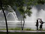 Paulistanos passeiam pelo parque Ibirapuera sob chuva
