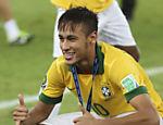 Neymar posa com o troféu de bola de ouro da Copa das Confederações