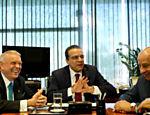 O presidente da CBF, José Maria Marin (esq.), e seu vice Marco Polo Del Nero (dir.), são recebidos pelo presidente da Câmara dos Deputados Henrique Alves