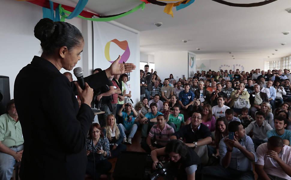 Marina Silva colhe assinaturas em SP
