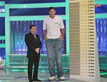 Silvio recebe Ninão, que afirma ser o homem mais alto do Brasil em seu programa