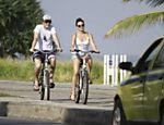 Isis Valverde anda de bicicleta acompanhada do ex-namorado, Tom Rezende, na praia da Barra da Tijuca, no Rio