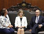 José Sarney recebe no gabinete da presidência, ministra das Relações Institucionais, Ideli Salvati e a ministra da Casa Civil, Gleisi Hoffmann, que foram agradecer o ano de votações no Congresso Nacional