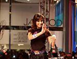 Anitta desfila no Mega Polo Moda em São Paulo