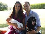 Em foto divulgada pelo Palácio de Kensington, Kate Middleton, o príncipe William, e seu filho recém nascido George Alexander Louis aparecem ao lado de seu cão Lupo nos jardins de sua casa em Bucklebury; as fotos foram tiradas pelo pai de Kate, Michael Middleton