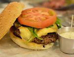 Pão clássico, burger de carne bovina, queijo Burger Lab, rúcula, tomate caqui e maionese de raspas de limão-siciliano
