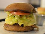 Pão australiano, smoked burger, queijo Burger Lab, alface americana e tomate caqui