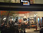 Fachada do Burger Lab Experience, no Panamby