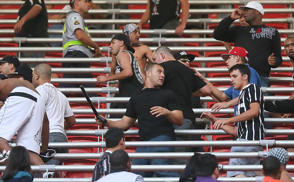 Briga de torcedores do Corinthians e Vasco