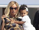 Beyoncé carrega sua filha Blue Ivy Carter durante férias em Formentera, na Espanha