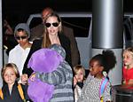 Angelina Jolie e os filhos Knox e Vivienne (de mãos dadas com a mãe), Zahara e Shiloh (à direita), Maddox (de gorro) e Pax (se escondendo atrás do urso)