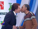 Silvio Santos dá selinho em Gilberto Gil no Teleton de 2001