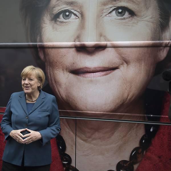 As m�os de Angela Merkel