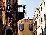 Gôndolas fazem passeio com turistas no canal de Veneza