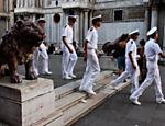 Marinheiros caminham por umas das poucas travessas do centro de Veneza